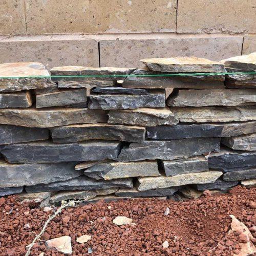 חלק מעבודה מגינה של תיחום מאבן שכבות ציפחה